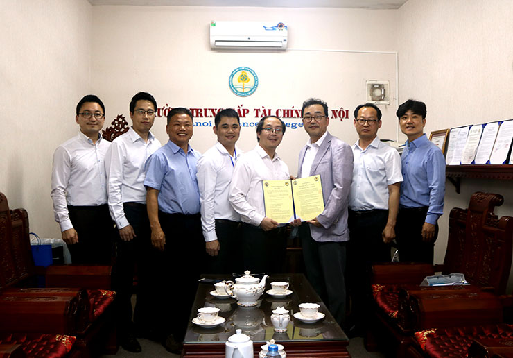 Đoàn cán bộ trường Đại học quốc gia Kunsan ký kết hợp đồng hợp tác du học với HFC và chụp hình lưu niệm cùng lãnh đạo HFC