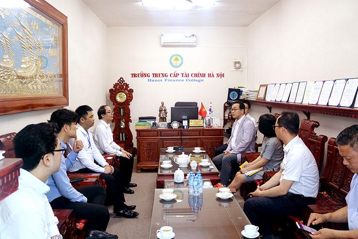 Đoàn cán bộ trường Đại học quốc gia Kunsan đến thăm và làm việc với Trường trung cấp tài chính Hà Nội