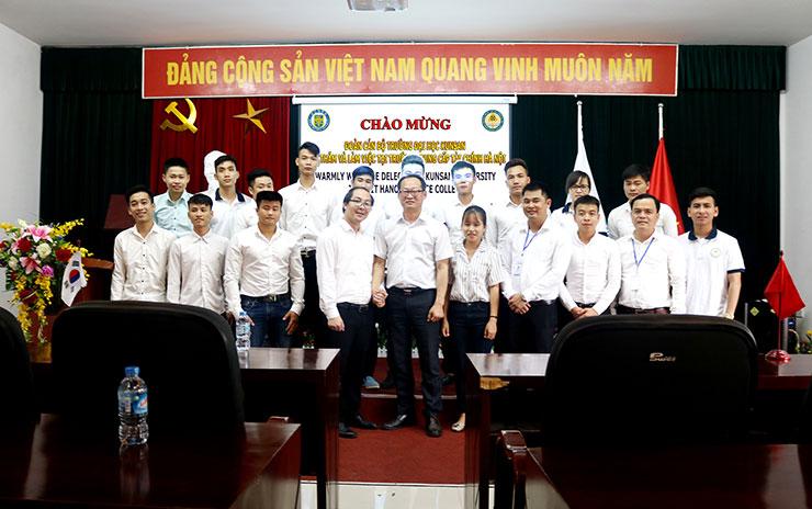 Đoàn cán bộ trường Đại học quốc gia Kunsan chụp hình lưu niệm cùng lãnh đạo HFC và sinh viên của HFC
